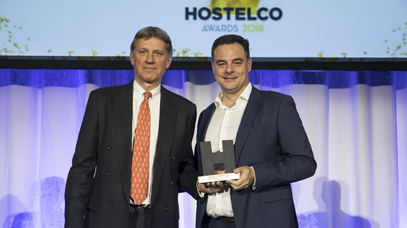Carlos Sanjuán recibe el premio de manos de Michael Nowlis, presidente del jurado de los Hostelco Awards