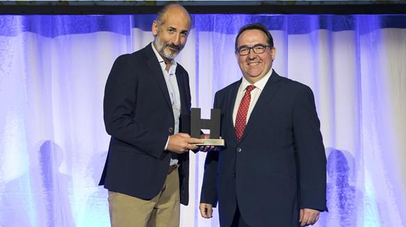 José Luis Yzuel, presidente de la Federación Española de Hostelería, entregó el premio al mejor concepto de restauración a Aitor Elizegi, socio fundador de Basquery