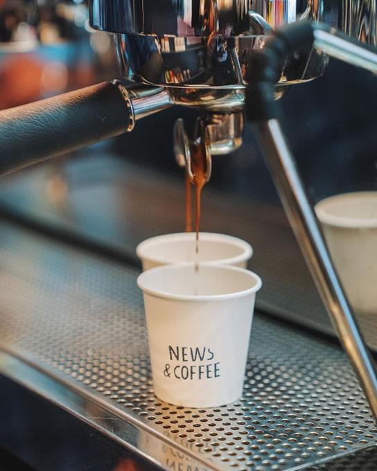En el quiosco News & Coffee se ofrece café de especialidad
